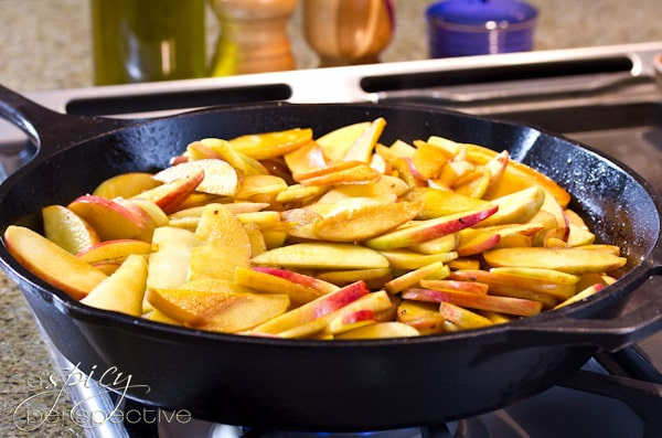 How to Make Apple Bacon Pie with Cheddar Crust | ASpicyPerspective.com #recipe #applepie #holiday